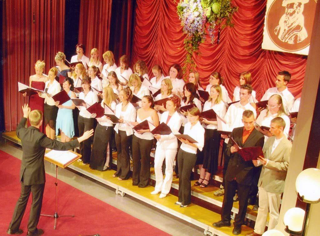 Das erste Foto von mir als Chordirigent. Es war meine eigene Abiturfeier im Sommer 2006.
